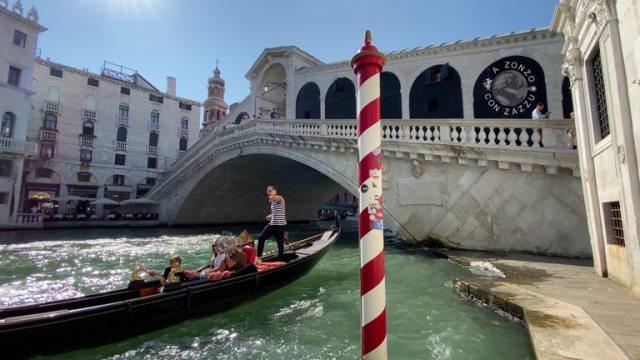 Riparto a cammniare in direzione di un altro simbolo di Venezia ovvero il Ponte di Rialto. Il ponte è uno dei quattro ponti, insieme al ponte dell'Accademia, al ponte degli Scalzi e al ponte della Costituzione, che attraversano il Canal Grande. VENEZIA