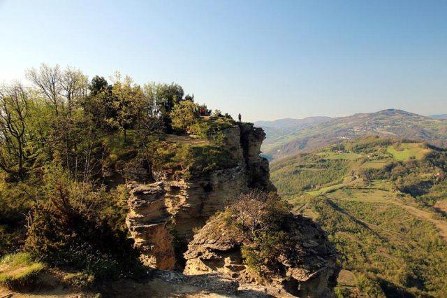 Il monte Adone è una montagna alta 654,44 metri sul livello del mare che fa parte dell'Appennino bolognese. Via Degli Dei Trekking CAI Appennino Camminare Cammino Sentiero Italia Cammino Bologna Firenze A Zonzo Con Zazzu Gianluca Stefanelli San Luca Portici