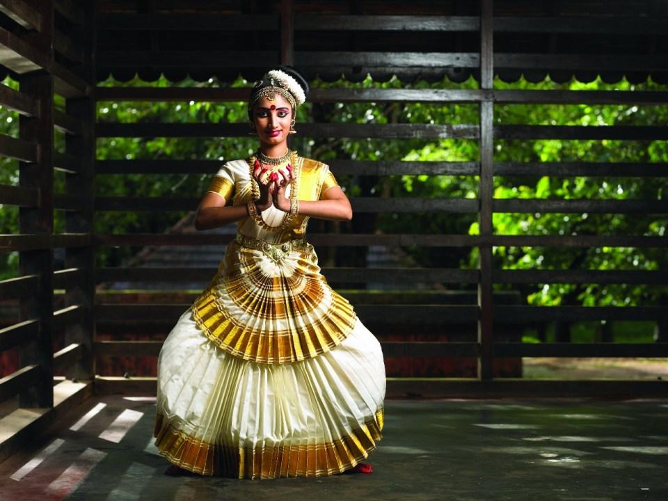 Best places to visit in Kerala - Azure sky Follows - Tania Mukherjee Banerjee - 6 Best Kept Secrets of Kerala - mohiniyattam_