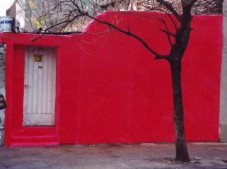 Intervención con peluche de la fachada de una casa
