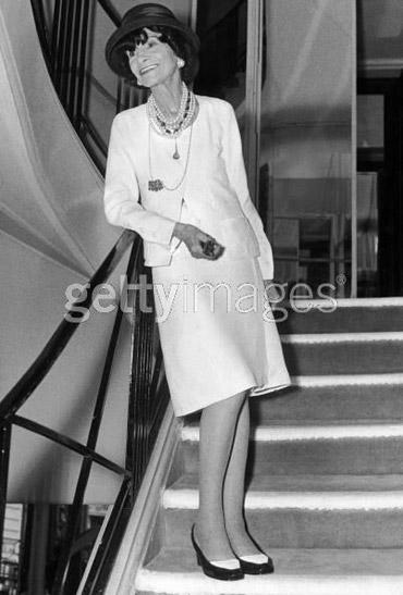 Gabrielle 'Coco' Chanel en su pose de la escalera