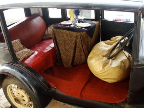Auto-mesa para almorzar en un bar en Colonia