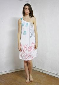 Vestido de un hombro estampado, por Leandro Domínguez