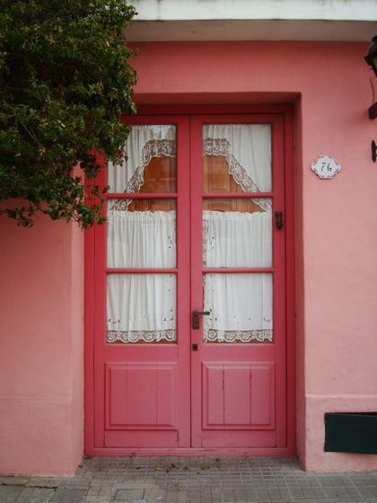 Cortinas bordadas en una puerta en Colonia