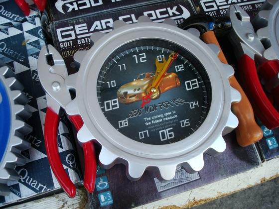 Reloj tuerca en la Feria Tristán Narvaja