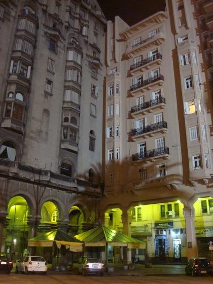 Encuentro de dos edificios en la Plaza Independencia