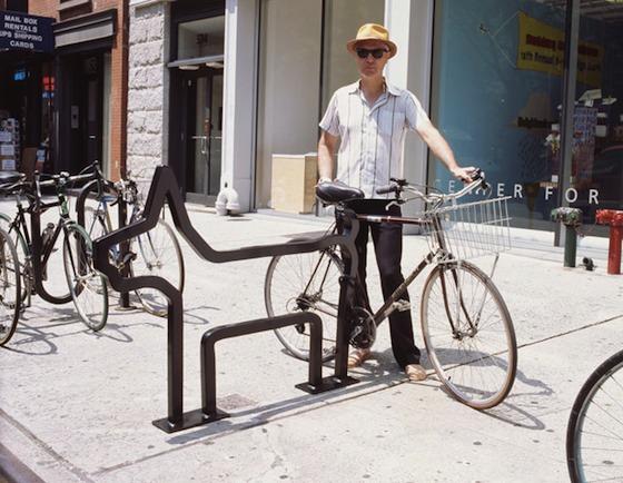 David Byrne al lado de uno de los racks para atar bicis que diseñó y que están instalados en NY