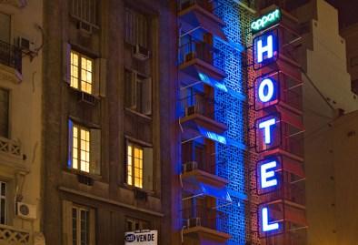 La noche y un hotel