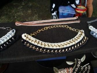 Collares con mezcla de metal y lana