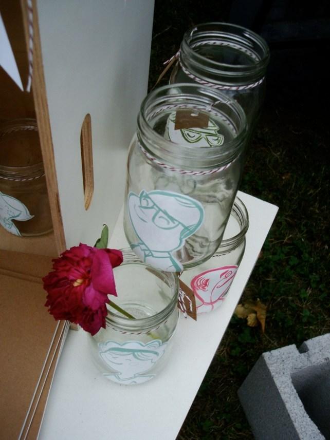 Linda idea para reciclar tarros pegándoles dibujos