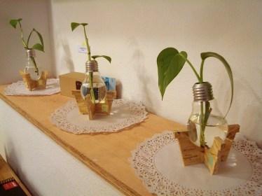 Macetas realizadas con bombitas de luz en desuso