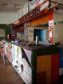 Hacia la cocina de la antigua pizzería La Ideal donde funciona la Asamblea