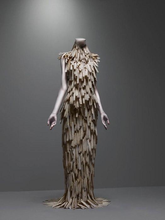 Vestido de la colección VOSS hecho con almejas (2001). Foto.