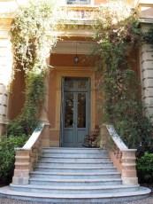 Puerta lateral dando a la biblioteca y librería de la Villa
