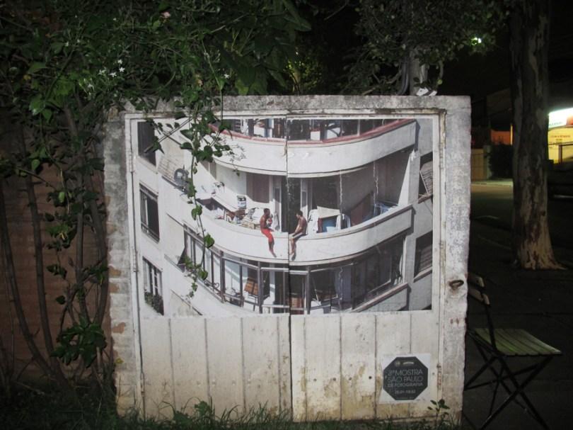 Impresión de una fotografía sobre cajas de medidores en Vila Madalena, SP