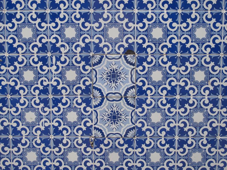 Azulejos en una pared del bed and breakfast Baron Garden