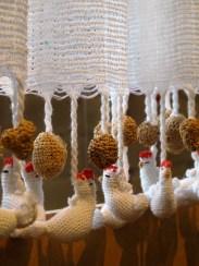 Gallinas de croché hechas por artesanos del barrio Muquém, Carvalhos, Minas Gerais, en una exposición del SESC Pompeia