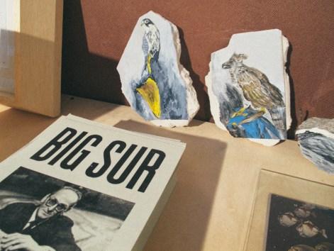 Pinturas sobre escombros de Celina Eceiza en Big Sur. Foto