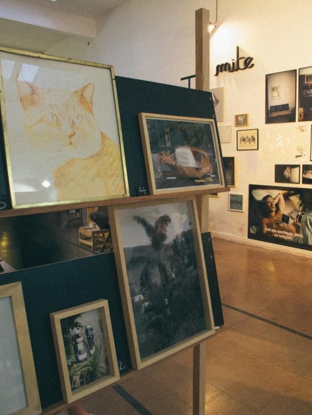 Ilustraciones y fotos en Otero, el stand de Mite al fondo. Foto