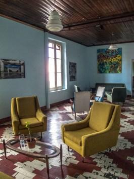 Salón living de Mundo Dios en Mar del Plata. Foto
