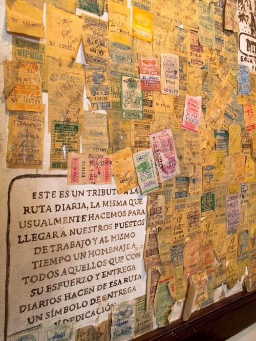 Pared con boletos de viaje en La lucha. Foto