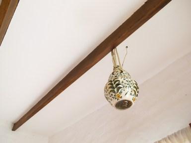 Lámpara de cerámica en casa de Las Totoritas. Foto