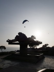 Escultura 'El beso' del peruano Victor Delfín en el Parque del amor. Foto