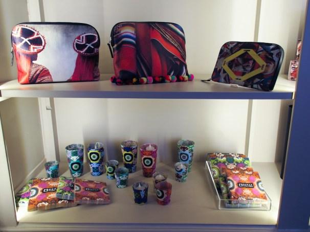 Telas y productos con fotos impresas en la bodega/tienda de MATE. Foto