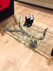 Mesa con patas de ramas en Paul Smith. Foto