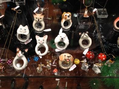 Anillos de perros y gatos de cerámica en La Basílica. Foto