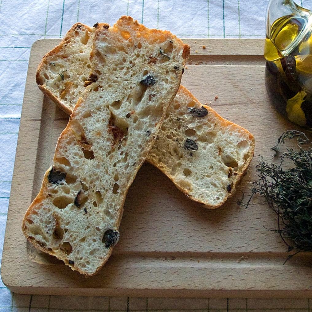 Stirato de olivas, tomate y queso, por Diego Veras. Foto