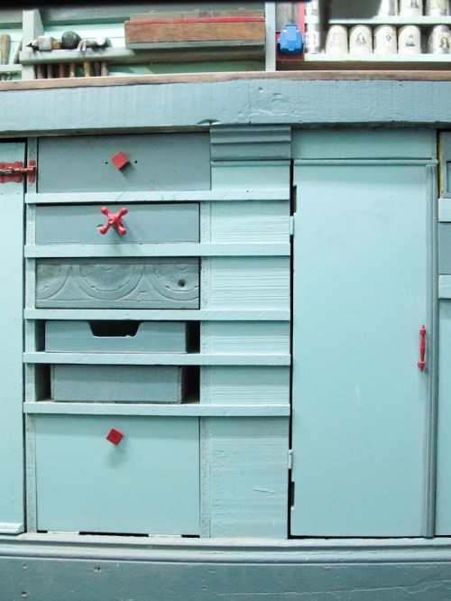 Cajones con detalles de manijas recuperadas. Foto