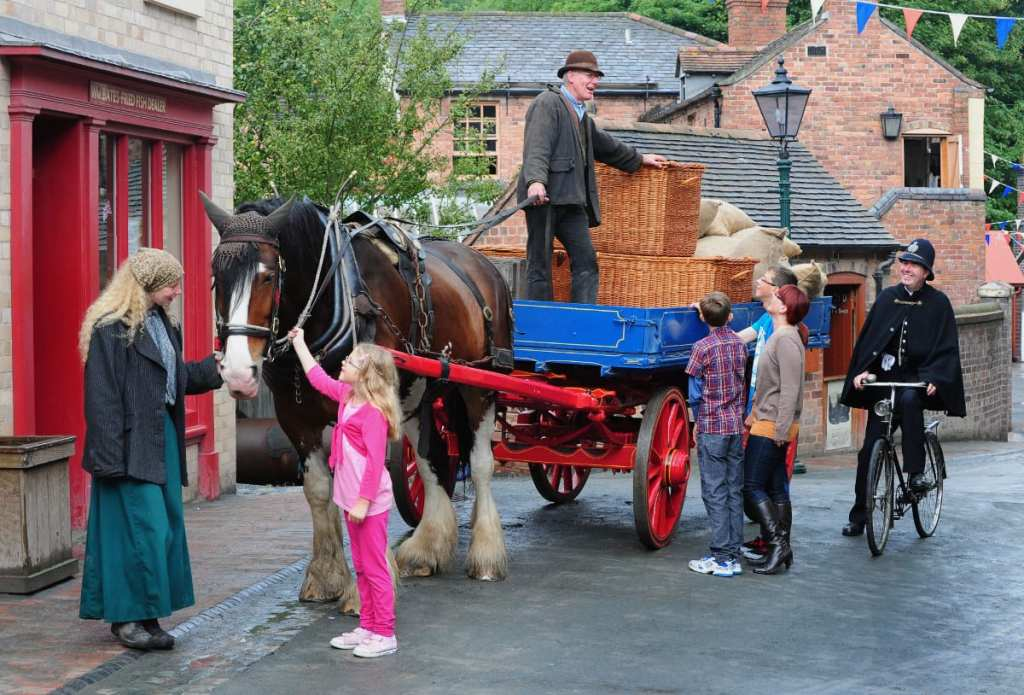 Blists-Hill-Victorian-Town-family-with-horse-and-cart