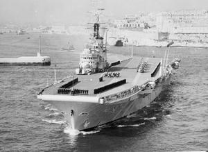 The-aircraft-carrier-HMS-Eagle-in-the-Grand-Harbour