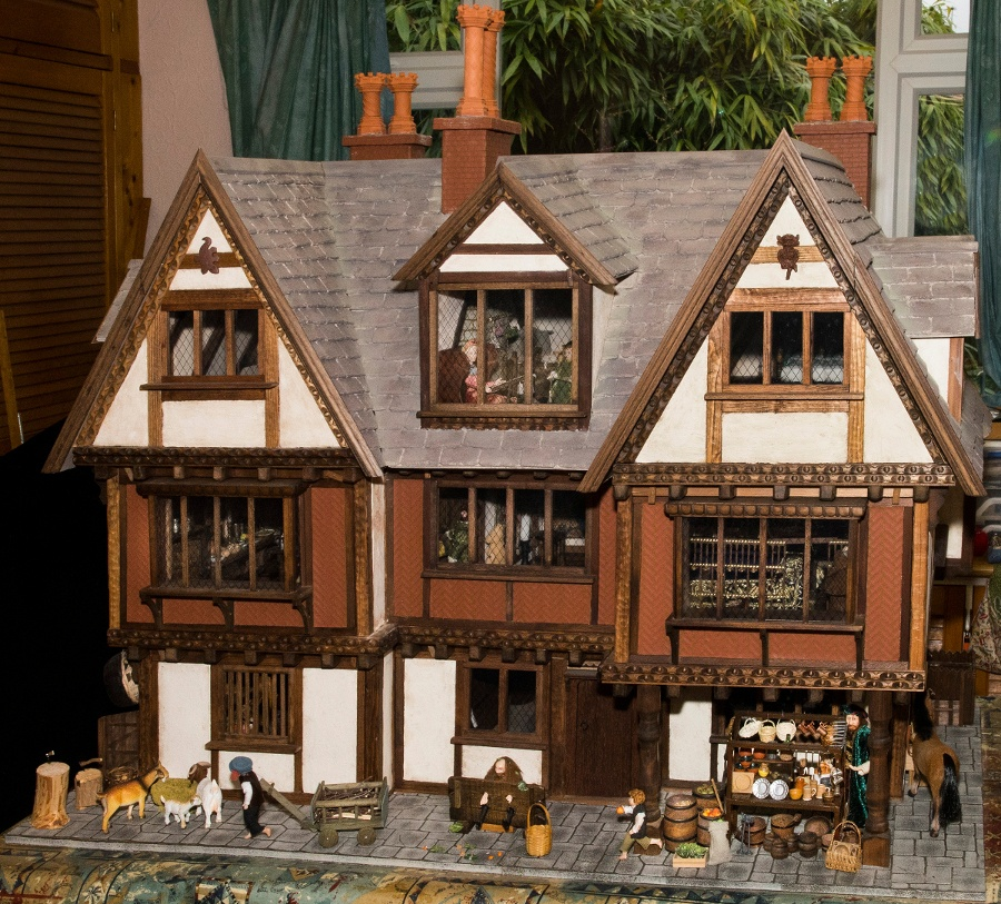 Pic Amazing Tudor house furnished by miniature enthusiast Heather