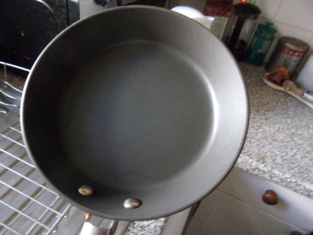 Frying pan with very hot handle