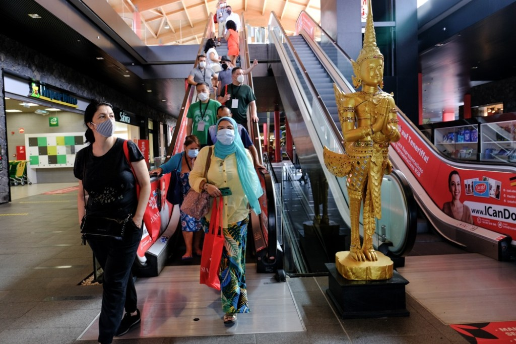 Siam Shopping Mall – Shoppers wanting the malls to remain open by abiding by clear and fundamental rules on face coverings