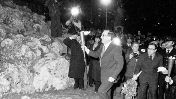 MalDia Dom Mintoff lights the Freedom Monument at Vittoriosa at midnight sth March
