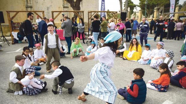MalDia Traditional games for children on their Easter holidays