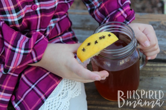 A super easy and delicious Autumn Apple Tea Recipe - perfect for the kids to help cook in the kitchen!
