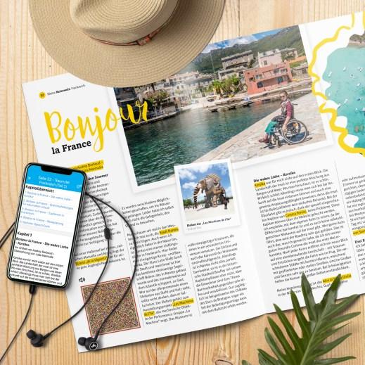 """Eine offengeschlagene Doppelseite des Reisemagazins Meine Reisewelt. Gut zu erkennen sind die Überschrift """"Bonjours la France"""", ein Bild von einer Rollstuhlfahrerin vor einer malerischen Kulisse am Meer und ein SpeechCode."""