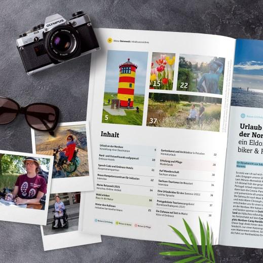 Das Bild zeigt das aufgeschlagene Reisemagazin. Seite 4, Inhaltsverzeichnis mit einem Leuchtturm, einem duftenden Tulpenbeet und ein junges Paar.