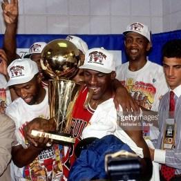 Jordan avec le cigare fête le titre NBA 1993 dans les vestiaires (c) Getty