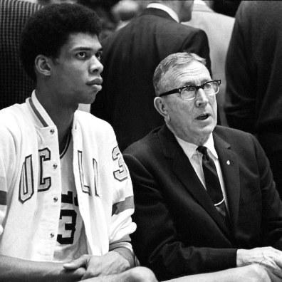 Kareem Abdul-Jabbar et John Wooden sur le banc (c) fifteenminuteswith com