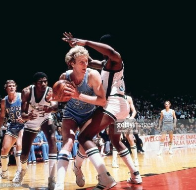 Larry Bird face à un défenseur dans la raquette lors de la finale NCAA 1979 (c) Getty
