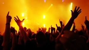 scene-light-hands-concert