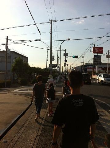『キャタピラー納涼祭り2012』歩いてる人々