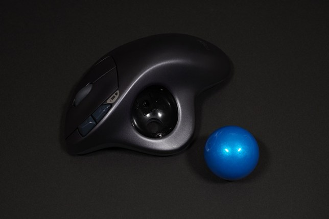 ロジクール ワイヤレストラックボールマウスSW-M570 ボールを取り外した様子
