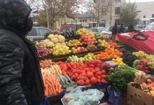 """Photo of """"Dacă e democrație, democratic era să scoateți și supermarketul în stradă.""""  Prima zi cu ninsoare în București printre micii producători de legume alungați din piețe"""