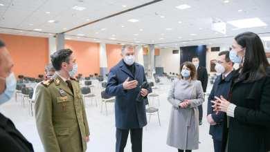 Photo of Vlad Voiculescu, vizită cu Iohannis şi Clotilde Armand la centrul de vaccinare de la Romexpo: Avem capacitate dublă de vaccinare faţă de vaccinurile disponibile